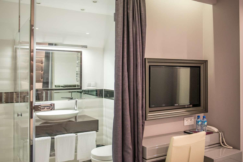 widok na pokój i łazienkę