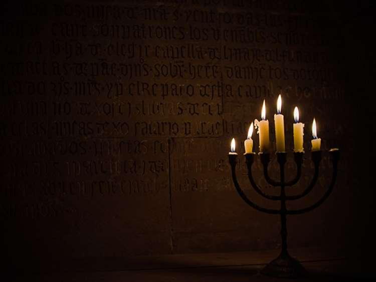 Świecznik z palącymi się świecami