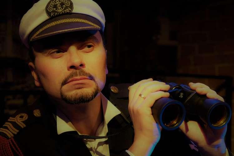 kapitan statku z lornetką