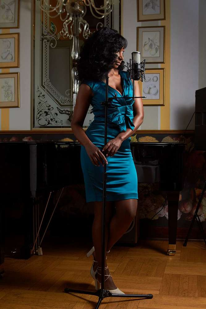 stojąca kobieta z mikrofonem