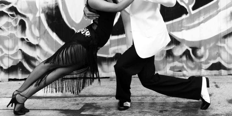 ludzie tańczący tango