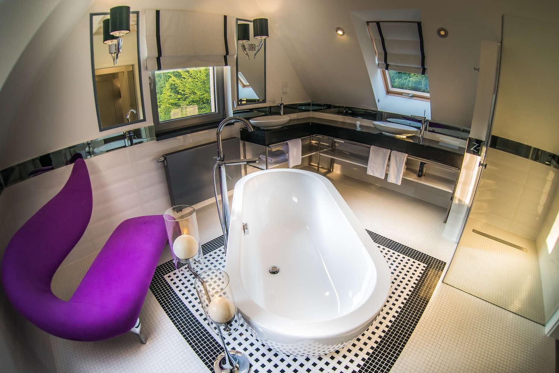 przestronna łazienka z dużą wanną