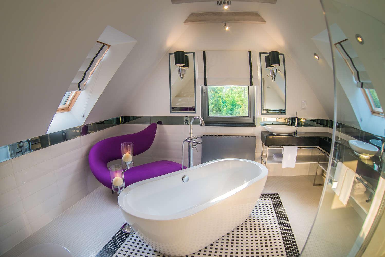 łazienka z dużą wanną w naszym apartamenciea co t