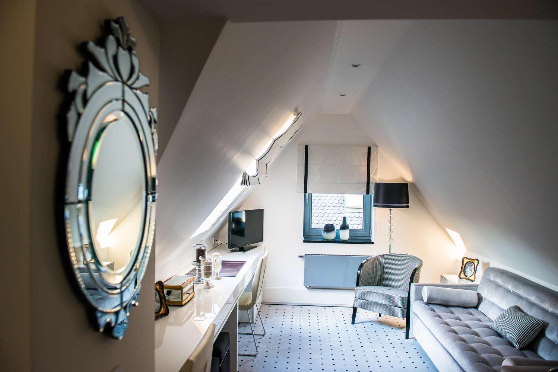 oświetlony pokój na poddaszu